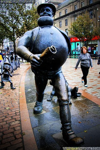 Desperate Dan And Minnie The Minx statue in Dundee, Scotland